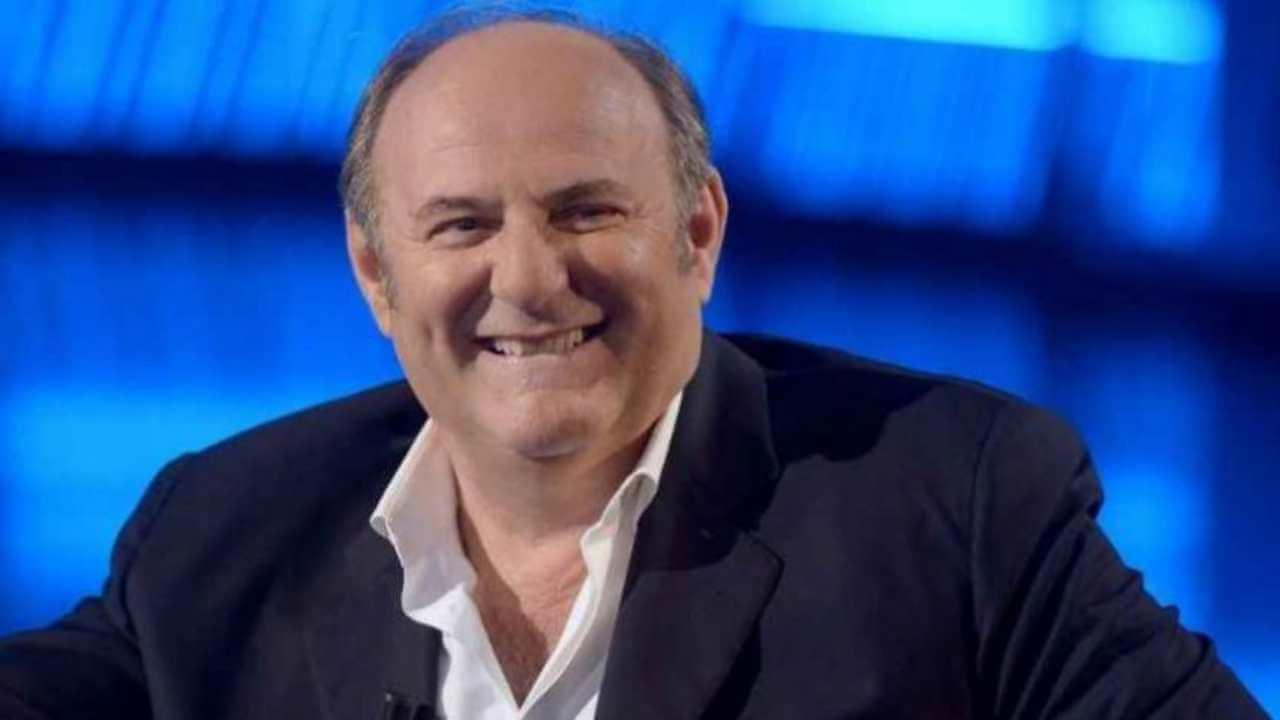 """Gerry scotti è un """"bravo ragazzo"""" nato nel 1956 anno in cui…"""